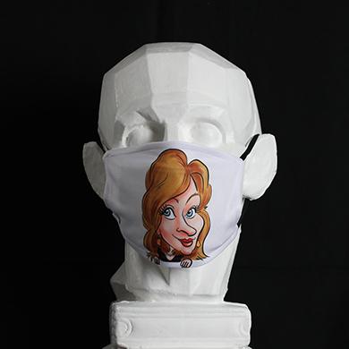 Masque personnalisé avec caricature. Sur un buste il y a un masque blanc sur laquelle il y a une caricature digitale. Ce masque de protection peut être un cadeau original car il y a la possibilité de mettre sa caricature sur ce masque